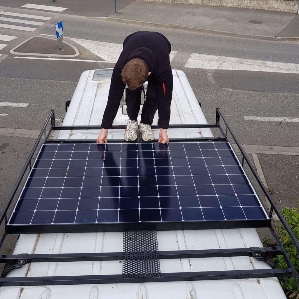 Installation de panneaux solaires sur galerie de toit