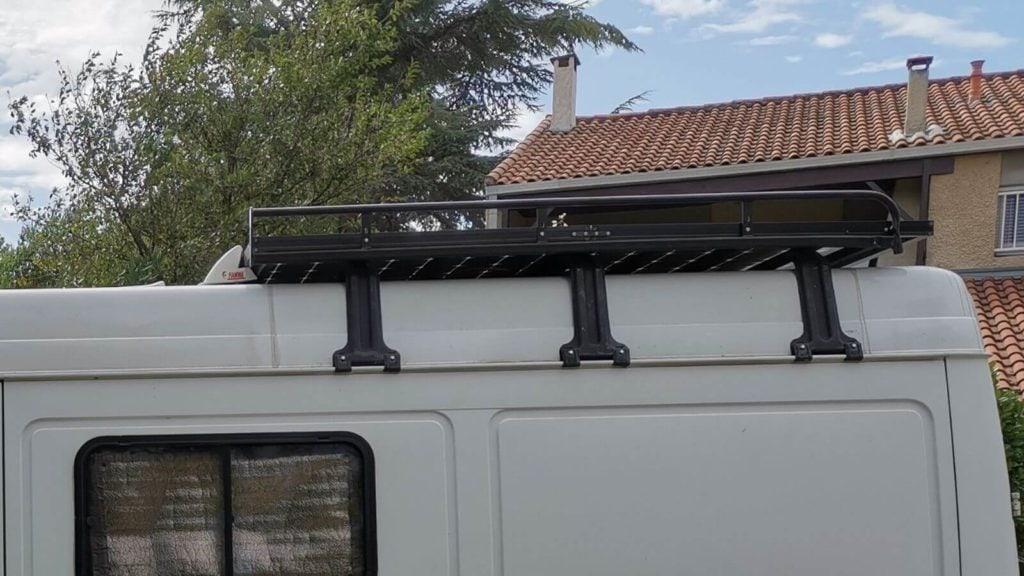 Galerie de toit pour fixation de panneaux solaires